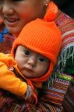 Hmong运载她的孩子, Bac Ha,越南的部落妇女 免版税库存照片