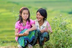 Hmong barn som ler i ris, terrasserar flodsidan Arkivfoton