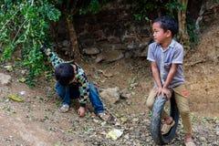 Hmong etniczni dzieci bawić się Wietnam obraz royalty free