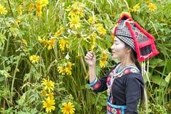 Hmong flicka med caltureklänningen royaltyfri fotografi