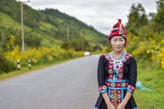 Hmong flicka med caltureklänningen och lotusblomma Royaltyfria Bilder