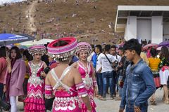 Hmong flicka med klänningen i nytt år Arkivfoton