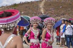 Hmong flicka med klänningen i nytt år royaltyfri bild