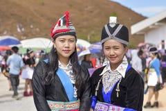 Hmong flicka med traditionsdressingen i nytt år Arkivbild