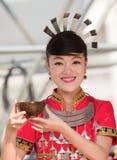Hmong flicka på hennes bröllopsklänninggåva dig vin Royaltyfri Bild