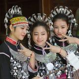 Hmong flickor på deras traditionella klänningar Arkivfoton