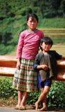 Hmong-Kinder, die auf Landstraße in Daklak, Vietnam stehen Stockbilder