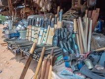 Hmong-Metallarbeit für Verkauf am Straßenrandstall stockfotos