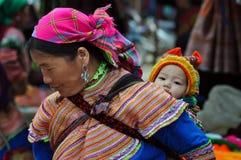 Hmong-Stammfrau, die ihr Kind, Bac Ha, Vietnam trägt Stockfotos