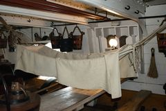 HMS战士在主甲板的乘员组吊床 免版税库存图片