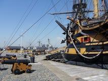 HMS胜利和现代大型驱逐舰波兹毛斯港口 免版税库存照片