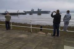 HMS英国女王伊丽莎白二世航空器离开Cromarty峡湾 免版税库存照片