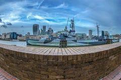 HMS贝尔法斯特战舰和摩天大楼在伦敦 免版税库存照片