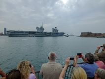 HMS ΒΑΣΊΛΙΣΣΑ ELIZABETH - το νεώτερο και μεγαλύτερο πάντα θωρηκτό του βασιλικού ναυτικού - πανιά από το Πόρτσμουθ για μόνο τη δεύ στοκ φωτογραφία