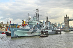 HMS Белфаст с башней Лондона в предпосылке Стоковые Фотографии RF
