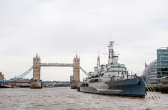 HMS贝尔法斯特和伦敦塔桥梁  免版税库存图片