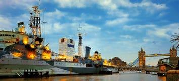 HMS贝尔法斯特和塔桥梁被照亮在黄昏 库存照片