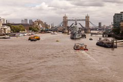HMS贝尔法斯特和在泰晤士河中的塔桥梁 库存图片