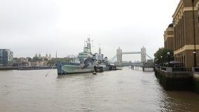HMS Belfast dal Tamigi immagini stock