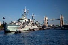 HMS Belfast devant la passerelle de tour Photo libre de droits