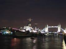 HMS Belfast en de brug van de Toren bij nacht stock foto's