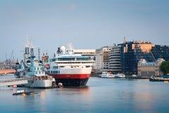 HMS Belfast et un bateau de croisière, Londres. Images stock