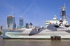 HMS Belfast förtöjde på flodThemsen i London. Royaltyfria Bilder