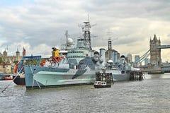 HMS Belfast med tornet av London i bakgrund Royaltyfria Foton