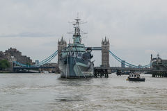 HMS Belfast met Torenbrug in Londen, het Verenigd Koninkrijk stock foto