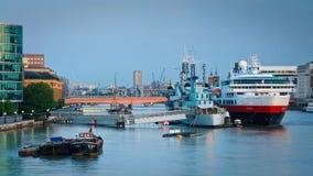 HMS Belfast och ett kryssningskepp, London. Royaltyfri Bild