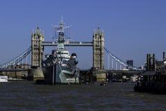 HMS Belfast och står hög överbryggar, London arkivfoton