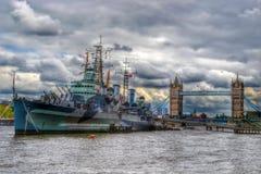 HMS Belfast och står hög överbryggar, London Royaltyfria Bilder