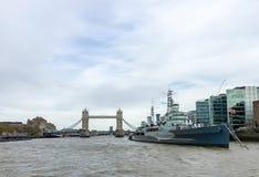HMS Belfast och tornbro av London Royaltyfri Foto