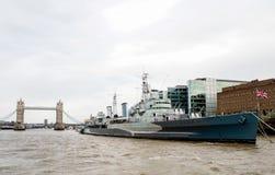 HMS Belfast och tornbro av London Arkivbild