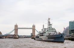 HMS Belfast och tornbro av London Royaltyfri Bild