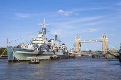 HMS Belfast och tornbro i London Arkivbild