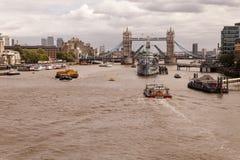 HMS Belfast och tornbro under flodThemsen Arkivbilder