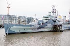 HMS Belfast på flodThemsen arkivbilder