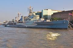 HMS Belfast przy jej Londyńską kuszetką Zdjęcia Stock