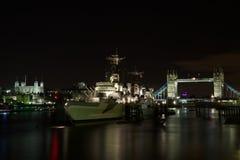HMS Belfast, står hög överbryggar och står hög av London, UK Arkivfoton