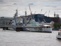 HMS Belfast, tidigare kungligt marinskepp på flodThemsen i centrala London arkivbild