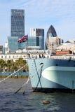 HMS Belfast, Union Jack, stad av London skyskrapor arkivbild