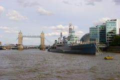 HMS Belfast y puente de la torre Foto de archivo libre de regalías