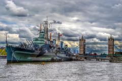 HMS Belfast y puente de la torre, Londres Imágenes de archivo libres de regalías