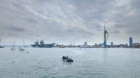 HMS KONINGIN ELIZABETH - het Royal Navy ?s nieuwste en grootste ooit oorlogsschip - zeilen van Portsmouth voor slechts de tweede  stock foto