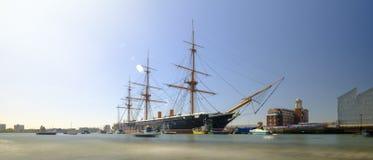 Hms-krigare (1862) - den f?rsta brittiska str?nga slagskeppet som byggs f?r Royal Navy - i v?reftermiddagljus med den l?ngsamma s fotografering för bildbyråer