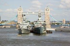 HMS Portland und HMS Belfast an der Kontrollturm-Brücke Stockfoto