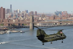 Hmx-1 CH-46E vliegend in NYC Stock Afbeelding