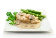 Höna i kräm- sås med grönsaker på White Royaltyfria Foton