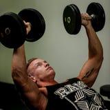 Hnadsome młody człowiek pracujący z dumbbells w sprawności fizycznej out - powe Fotografia Stock